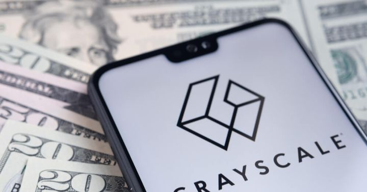 04_Grayscale-logo-on-a-smartphone-with-banknotes.jpg