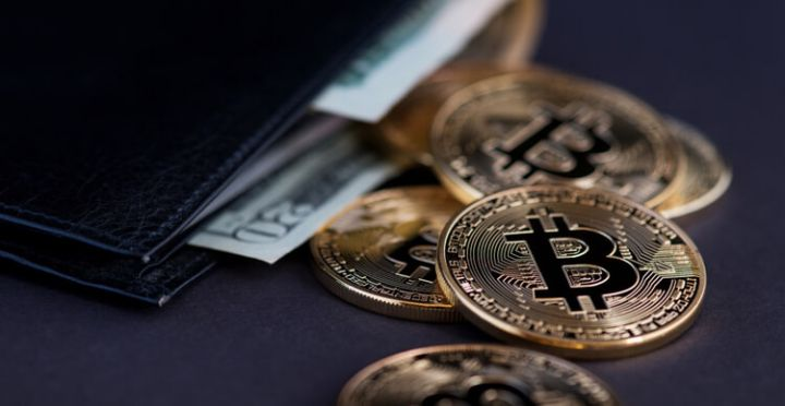 05_Close-up-image-of-Bitcoin-gold-coins-with-wallet.jpg